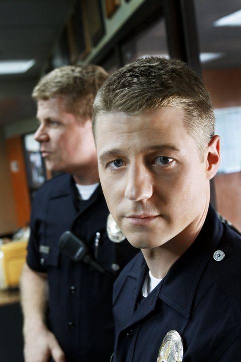 Ein neuer Fall wartet auf Officer John Cooper (Michael Cudlitz, l.) und Officer Ben Sherman (Benjamin McKenzie, r.) ... - Bildquelle: Warner Brothers