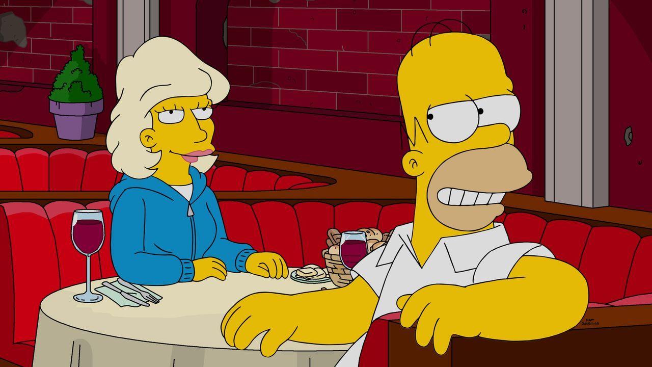 Von der hübschen Julia (l.), die genauso tickt wie er selbst, ist Homer (r.) hin und weg ... - Bildquelle: 2016-2017 Fox and its related entities. All rights reserved.