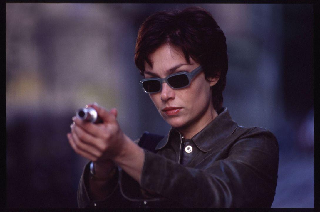 """Angelas (Aglaia Szyszkowitz) Waffe ist eine Liebeszauber versprühende """"Pistole"""" ..."""