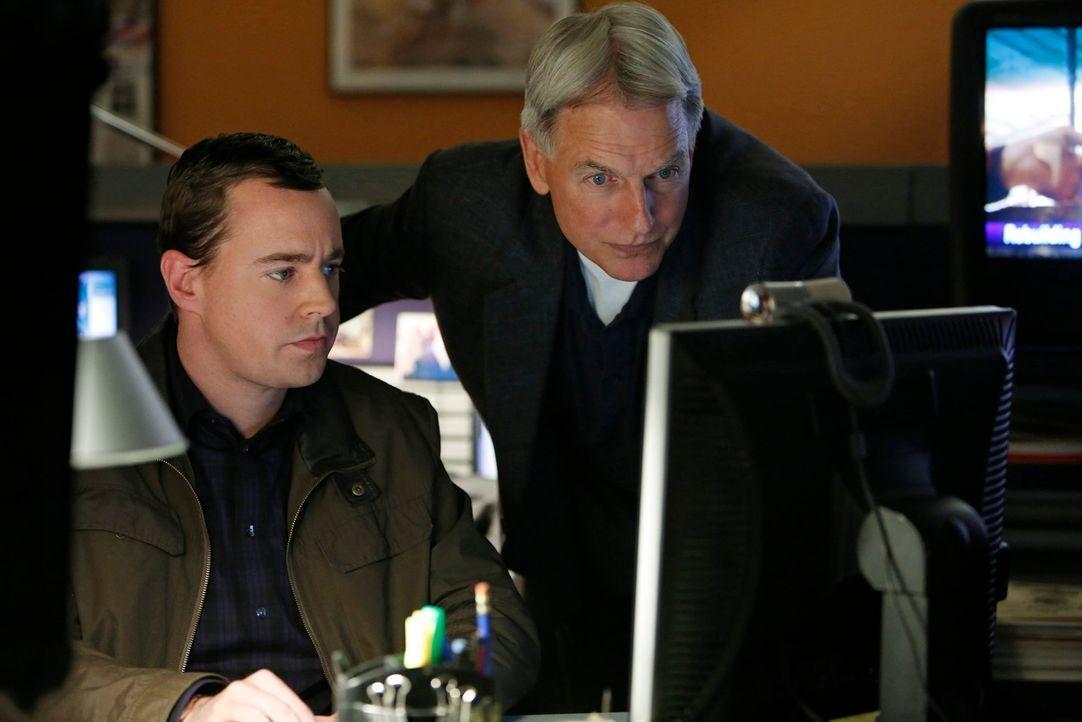 Ein neuer Fall beschäftigt McGee (Sean Murray, l.) und Gibbs (Mark Harmon, r.) ... - Bildquelle: CBS Television