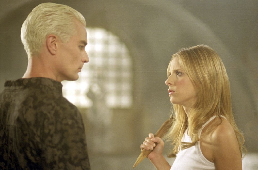 Buffy (Sarah Michelle Gellar, r.) ist skeptisch: Sie weiß nicht, was sie von ihrem Erzfeind Spike (James Marsters, l.) halten soll. - Bildquelle: TM +   2000 Twentieth Century Fox Film Corporation. All Rights Reserved.
