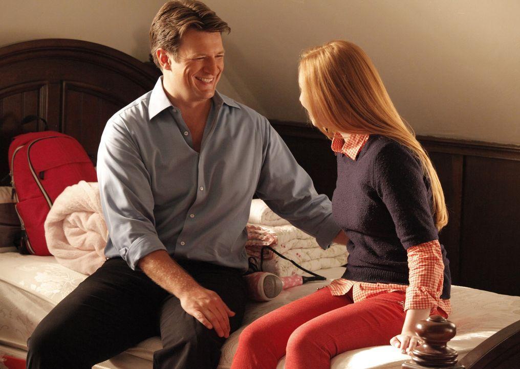 Castle (Nathan Fillion, l.) will Alexis (Molly C. Quinn, r.) vor ihrem Auszug unbedingt erzählen, dass er und Beckett jetzt ein Paar sind ... - Bildquelle: 2012 American Broadcasting Companies, Inc. All rights reserved.