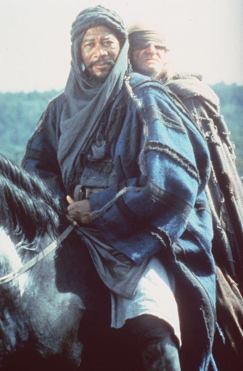 Zusammen mit seinem Mohrenfreund Azeem (Morgan Freeman, l.) und seinem treuen, blinden Diener Duncan (Walter Sparrow, r.) muss Robin vor den Soldate... - Bildquelle: WARNER BROS.