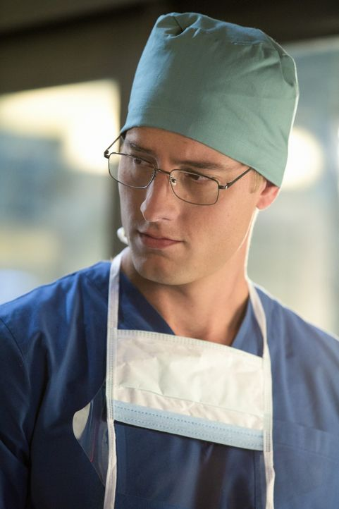 Können Will (Justin Hartley) und Emily ihren jungen Patienten retten? - Bildquelle: 2012 The CW Network, LLC. All rights reserved.