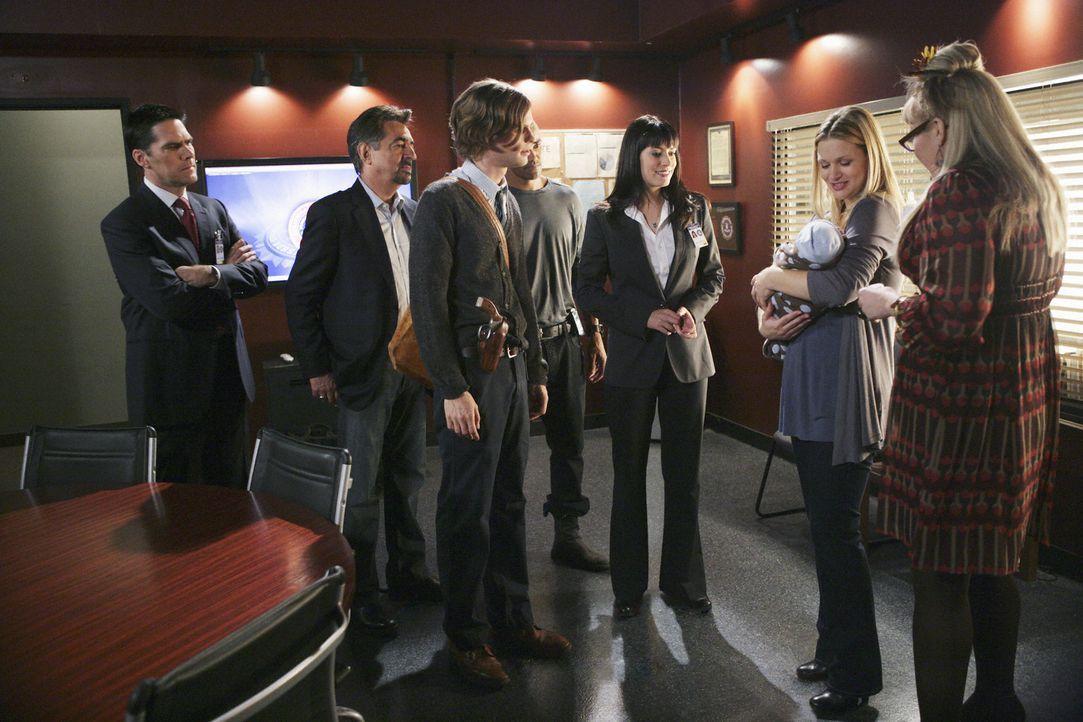 Zur Freude ihrer Kollegen Hotch, Rossi, Reid, Morgan, Prentiss und Penelope kommt JJ (AJ Cook, 2.v.r.) mit ihrem Baby ins Revier ... - Bildquelle: Touchstone Television
