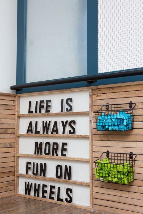 Auch dekorativ ist das neue Haus perfekt auf die Familie abgestimmt. Motivierende Sprüche und Spielzeug sollen den beiden Söhnen im Rollstuhl täglic... - Bildquelle: Jennifer Boomer 2018, HGTV/Scripps Networks, LLC. All Rights Reserved.