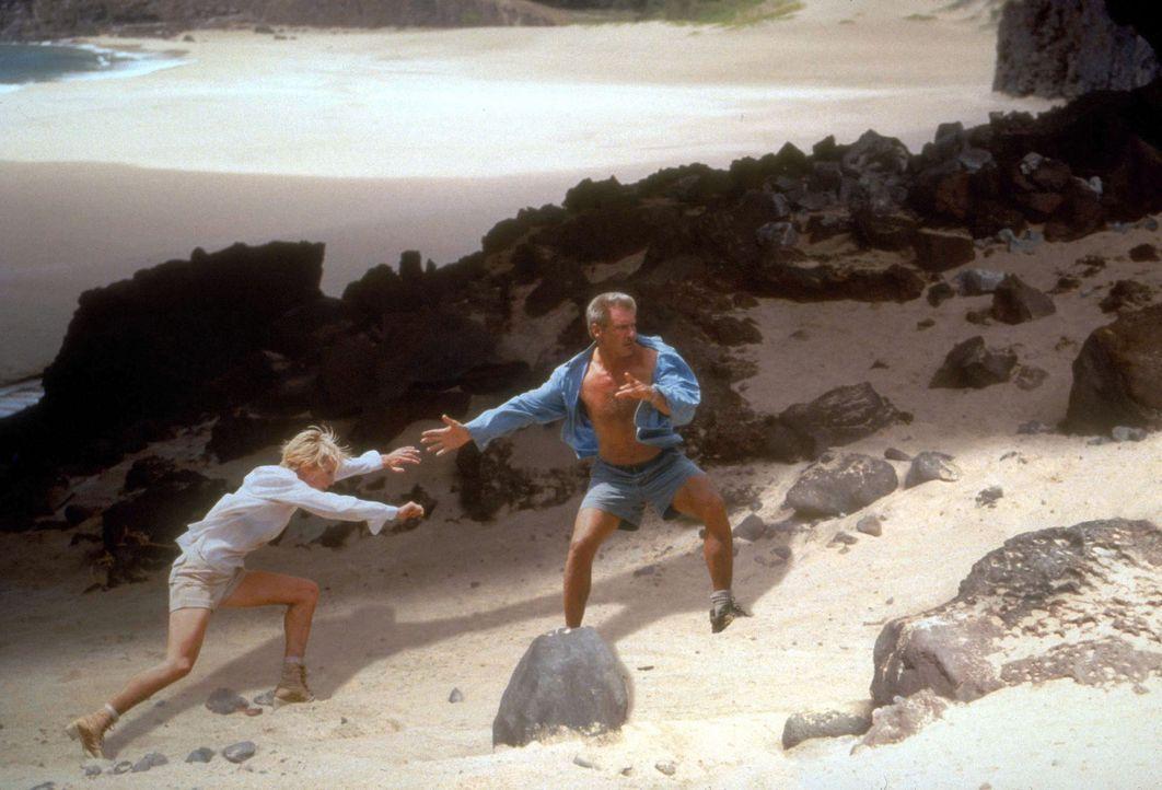 Robin Monroe (Anne Heche, l.) und Quinn Harris (Harrison Ford, r.) befinden sich im Überlebenskampf, der sich umso schwieriger gestaltet, da die be... - Bildquelle: Touchstone Pictures