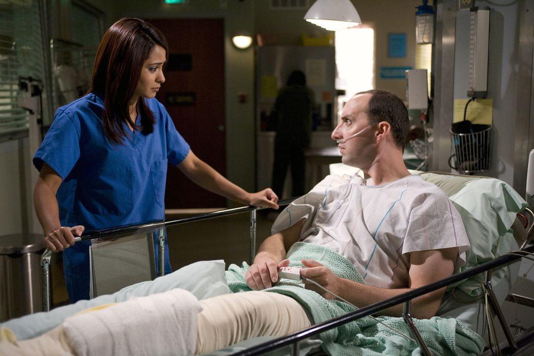 Dr. Neela Rasgotra (Parminder Nagra, l.) kümmert sich um Norman Chapman (Tony Hale, r.), der sich verletzt hat, als er in einen Schacht gesprungen... - Bildquelle: Warner Bros. Television