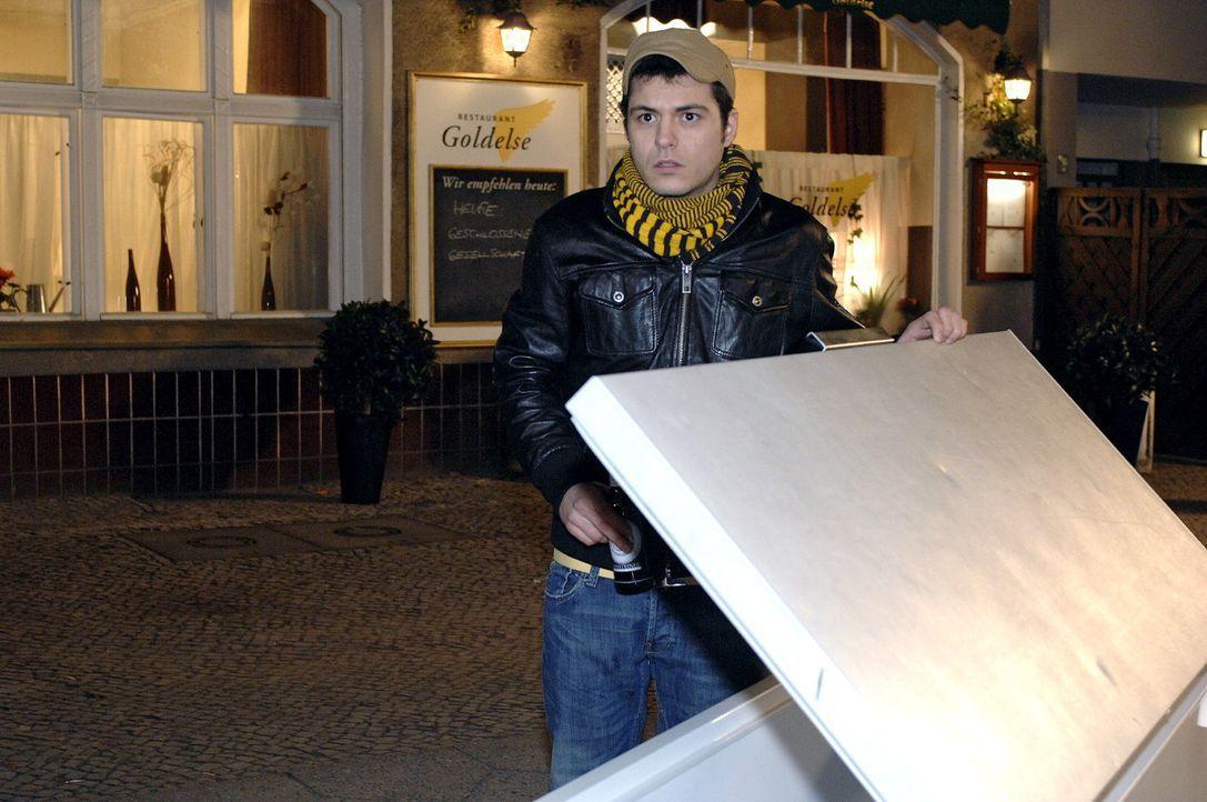 Maik (Sebastian König) macht einen grausige Entdeckung ... - Bildquelle: Oliver Ziebe Sat.1