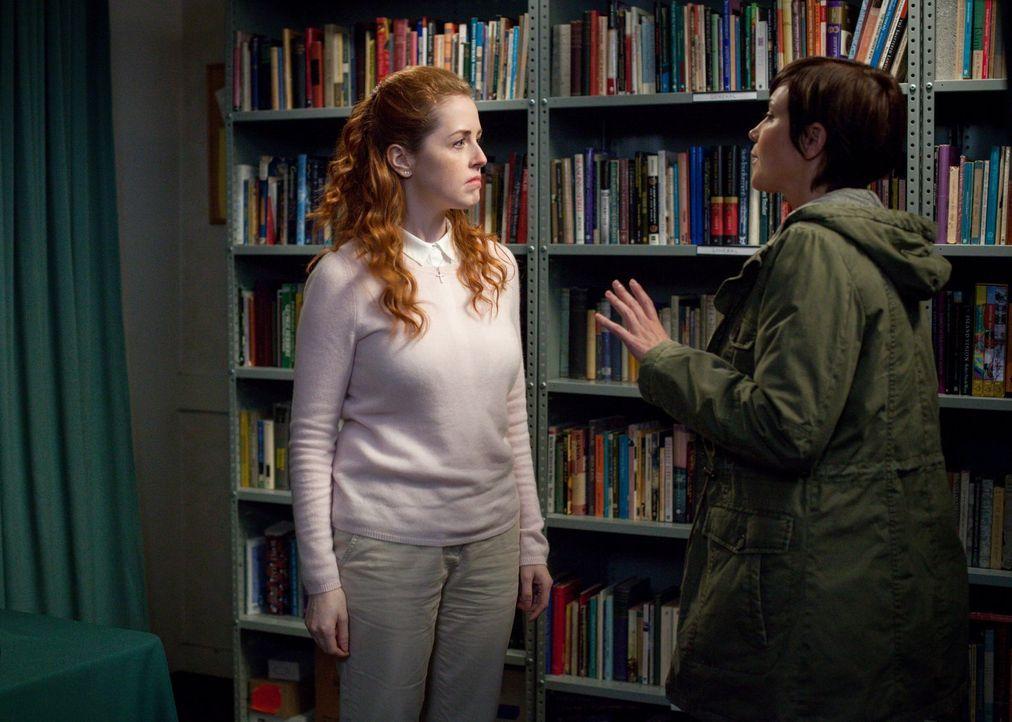 Sheriff Mills (Kim Rhodes, r.) versucht, von Tammy (Amanda Lisman, l.) eine Zutat zu bekommen, die sie für eine ganz besondere Waffe braucht ... - Bildquelle: 2013 Warner Brothers