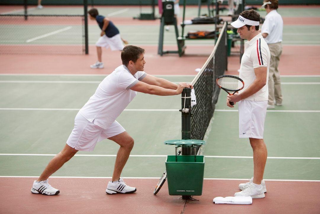 Kann Robert (Rob Lowe, l.) Kevin (Matthew Rhys, r.) wieder für das Tennisspielen begeistern? - Bildquelle: 2010 American Broadcasting Companies, Inc. All rights reserved.