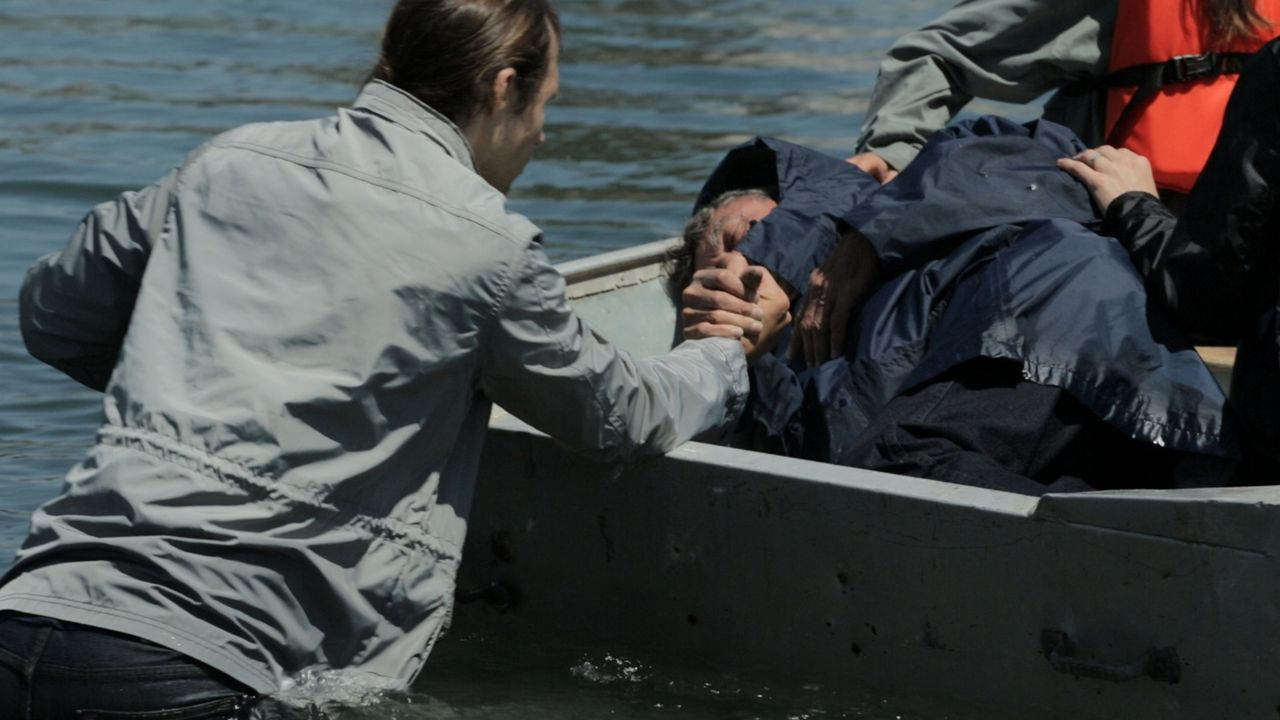 Dem Tod entkommen: Ein Überlebender des Hurrikans Sandy wird auf das Rettungsboot gebracht. - Bildquelle: 2014 The Weather Channel LLC
