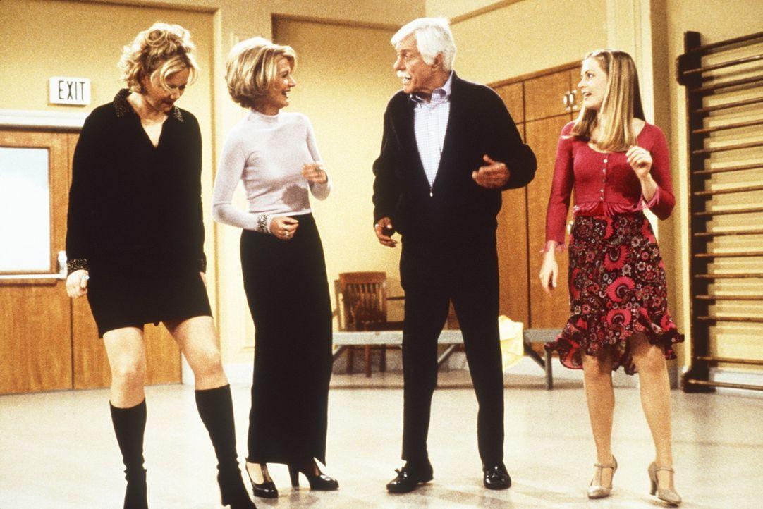 (v.l.n.r.) Hilda (Caroline Rhea), Zelda (Beth Broderick), Duke (Dick Van Dyke) und Sabrina (Melissa Joan Hart) steppen zusammen. - Bildquelle: Paramount Pictures