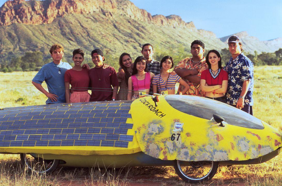 Wollen mit einem sonnenbetriebenen Fahrzeug an der Weltmeisterschaft für Solarmobile in Australien teilnehmen: Daniel (Casey Affleck, l.), Sandra B... - Bildquelle: TriStar Pictures