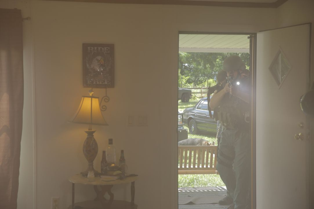 Hände hoch, Polizei! Auf der Spur nach dem Mörder von Curtis Ashley untersuchen die Ermittler die Wohnung des Drogendealers Glenn Sapp. Hat er ihn a... - Bildquelle: Jupiter Entertainment