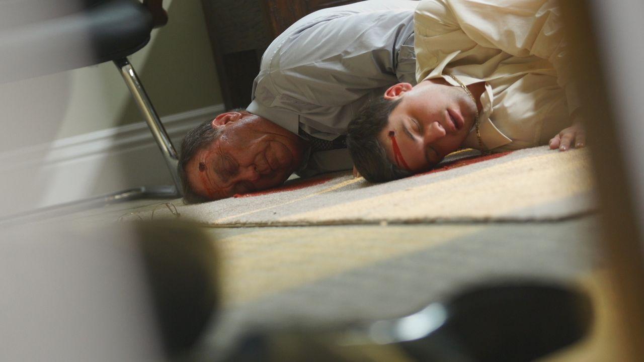 Im Dezember 1997 werden auf einem Fabrikgelände die Leichen von drei Männern und einer Frau entdeckt. Die Menschen wurden erschossen, nahezu hingeri... - Bildquelle: LMNO Cable Group