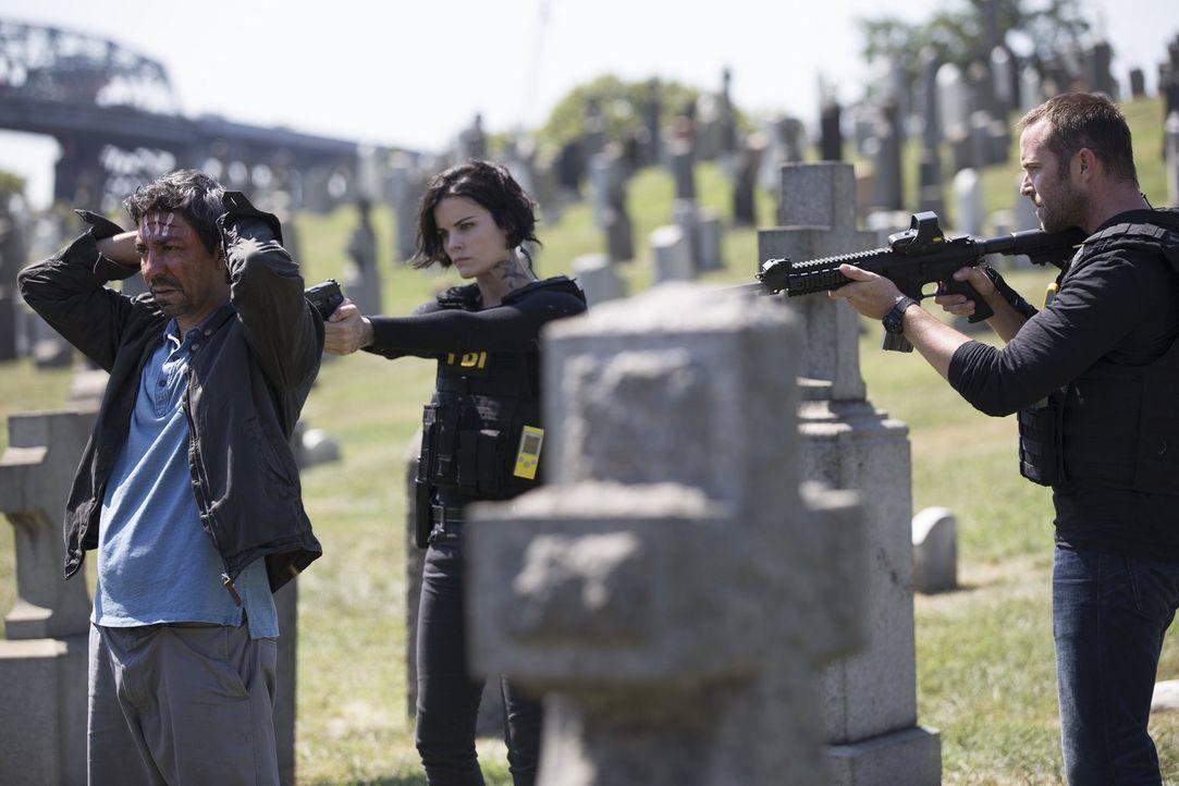 Als der Terrorist Dodi (Ayman Samman, l.) von Jane (Jaimie Alexander, M.) und Weller (Sullivan Stapleton, r.) gestellt wird, ahnt er nicht, dass das... - Bildquelle: Warner Brothers