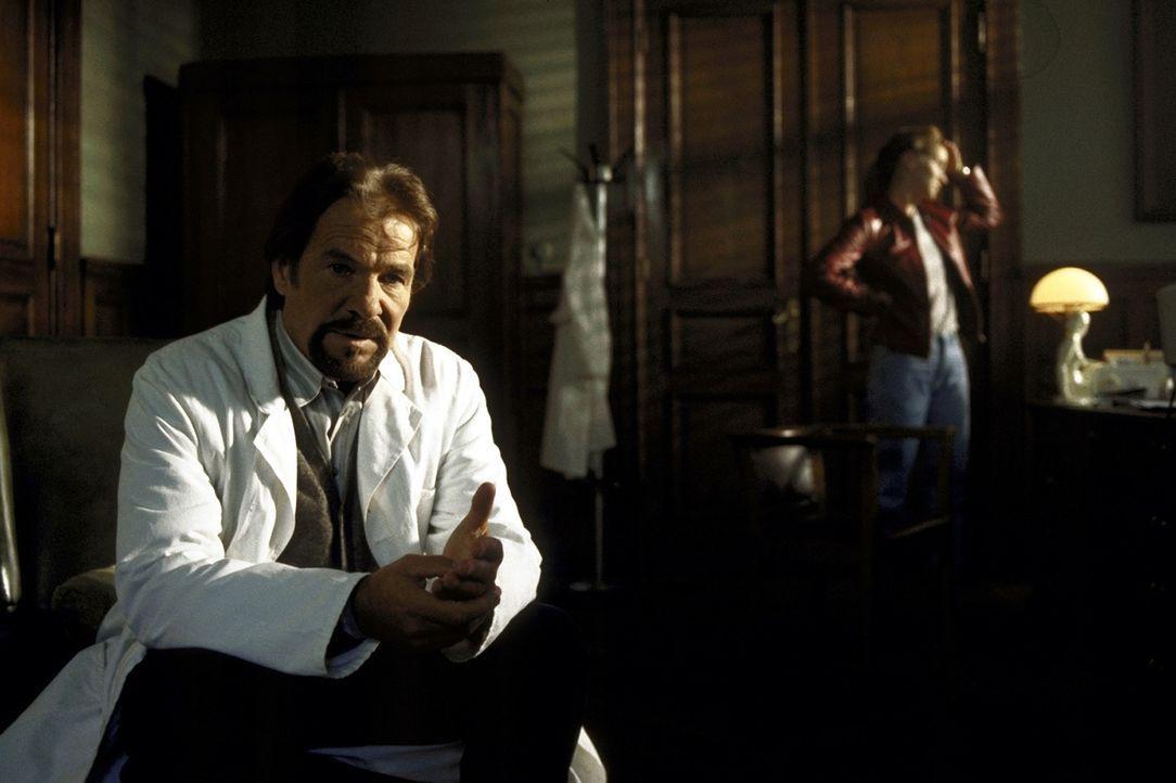 Der Psychiater Dr. Meinfeld (Götz George, l.) greift bei seiner Patientin Tanja (Chiara Schoras, r.) zu unorthodoxen Heilmethoden ... - Bildquelle: Marco Meenen ProSieben