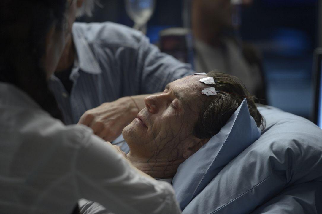 Wird das fragwürdige Medikament Peter (Neil Napier) das Leben retten oder ihn endgültig umbringen? - Bildquelle: 2014 Sony Pictures Television Inc. All Rights Reserved.