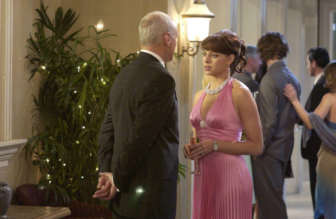 Noch ahnen Julie (Melinda Clarke, r.) und Caleb (Alan Dale, l.) nicht, welchen Trumpf Lance noch im Ärmel hat ... - Bildquelle: Warner Bros. Television