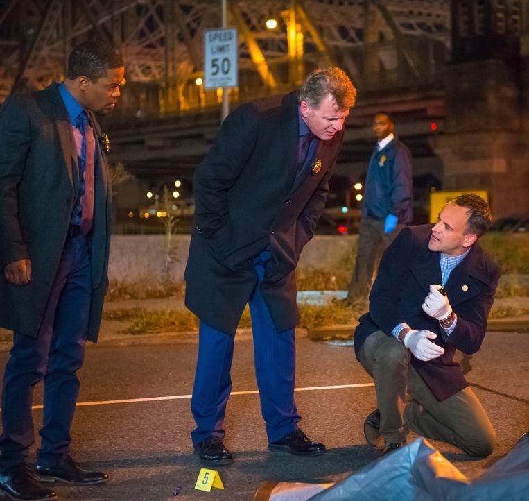 Gemeinsam mit Detective Bell (Jon Michael Hill, l.) und Captain Gregson (Aidan Quinn, M.) versucht Holmes (Jonny Lee Miller, r.), einen Killer zu st... - Bildquelle: Jeff Neumann CBS Television