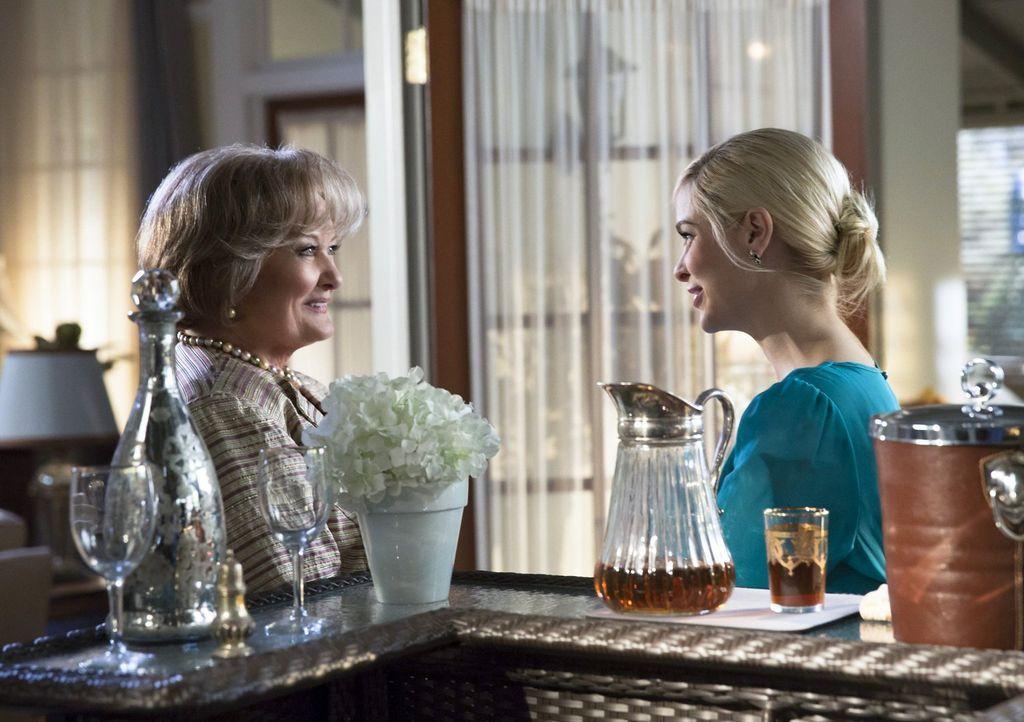 Ausgerechnet ihre Großmutter Bettie (Maree Cheatham, l.) ist Lemons (Jaime King, r.) einzige Chance, die Halloween Party der Bells besuchen zu könne... - Bildquelle: Warner Brothers
