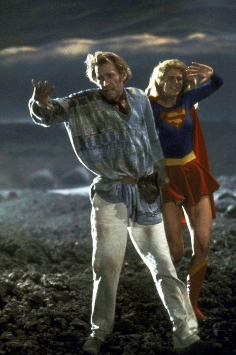 Selena verbannt Zaltar (Peter O'Toole, l.) und Kara (Helen Slater, r.) in die Phantomzone - aus der nur Supergirl wieder herausfinden kann ... - Bildquelle: TriStar Pictures
