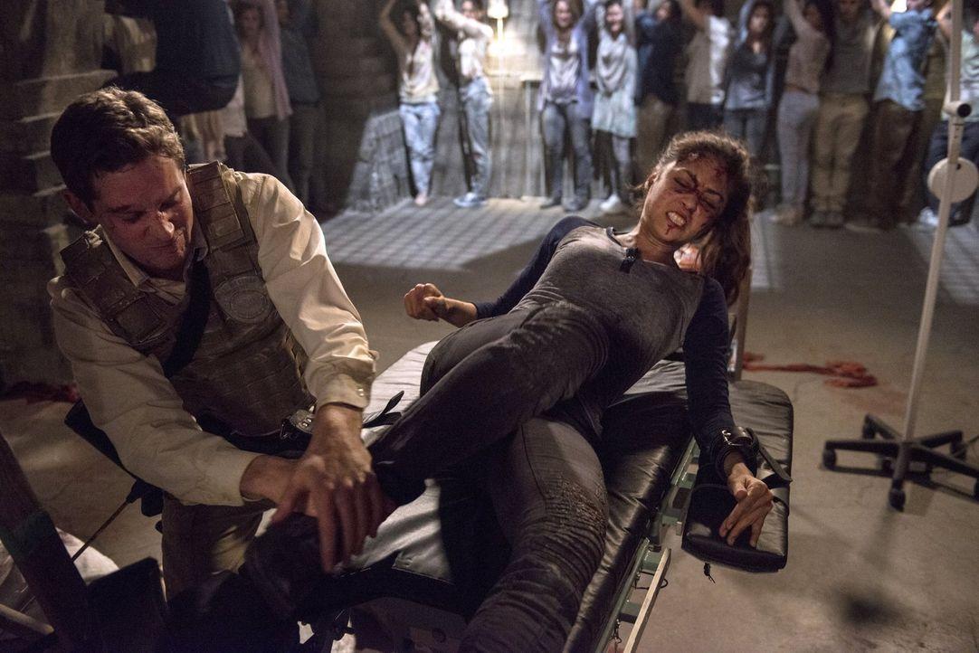 Raven (Lindsey Morgan, r.) gibt sich nicht kampflos geschlagen, aber hat sie ein Chance? - Bildquelle: 2014 Warner Brothers