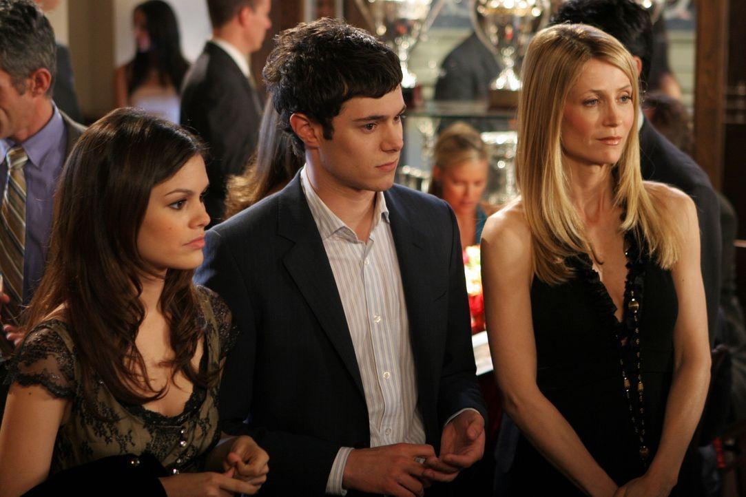 """Sandy wird zu """"Mann des Jahres"""" gewählt. Seth (Adam Brody, M.), Summer (Rachel Bilson, l.) und Kirsten (Kelly Rowan, r.) nehmen an der Feier teil ... - Bildquelle: Warner Bros. Television"""