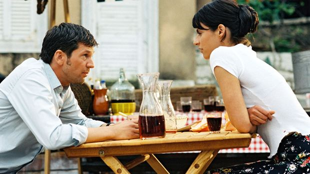 Maria (Liane Forestieri, r.) schlägt Jan (Kai Wiesinger, l.) einen Deal vor:...