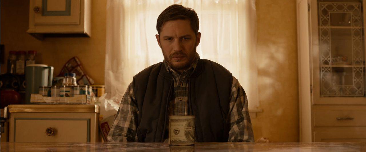 """Bob (Tom Hardy) arbeitet in einer Brooklyner Kneipe, die von lokalen Gangstern als """"Drop-Bar"""", eine Art Gelddepot, benutzt wird. Dort geht eines Tag... - Bildquelle: 2014 Twentieth Century Fox Film Corporation.  All rights reserved."""