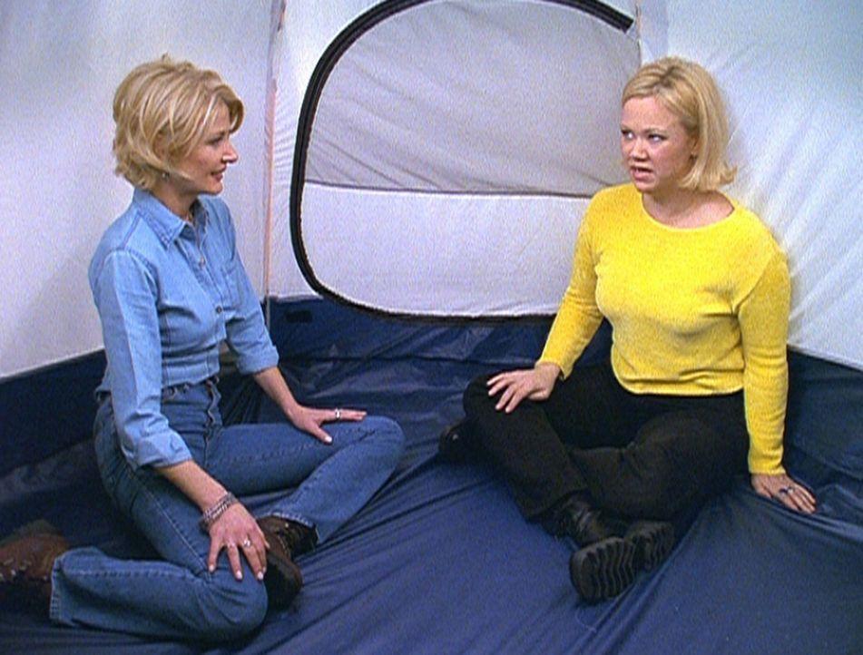 Zelda (Beth Broderick, l.) überredet Hilda (Caroline Rhea, r.), in ihrem eigenen Haus ein Überlebenstraining zu absolvieren ... - Bildquelle: Paramount Pictures