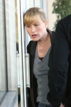 Medium - Nichts bleibt verborgen - Allison (Patricia Arquette) steht vor der...