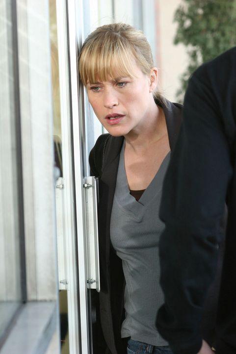 """Allison (Patricia Arquette) steht vor der Tür des """"Coffee Palace"""", das zu ihrer und zur Verwunderung der beiden Mitarbeiter, die draußen vor der Tür... - Bildquelle: Paramount Network Television"""