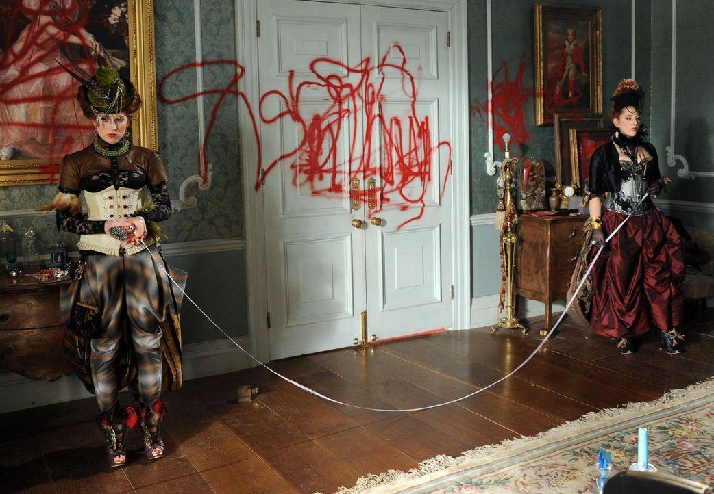 Fließt durch ihre Adern auch intrigantes Blut? Prinzessin Maribel (Hatty Preston, r.) und Prinzessin Penelope (Lydia Rose Bewley, l.) ... - Bildquelle: Stuart Wilson 2014 E! Entertainment Media, LLC