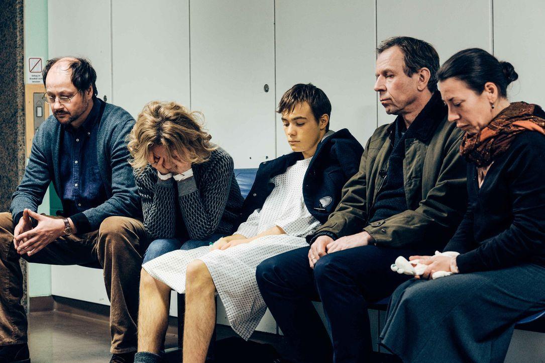 Bangen um das Leben von Dafina: (v.l.n.r.) Seelsorger Klages (Cornelius Schwalm), Regina (Carina Wiese), Frank (Valentino Fortuzzi), Peter (Jörg Pos... - Bildquelle: Hardy Spitz SAT.1