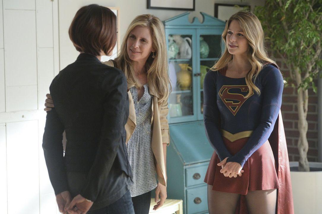 Alex (Chyler Leigh, l.), die von ihrer Mutter Eliza (Helen Slater, M.) schon immer unter Druck gesetzt wurde, Kara (Melissa Benoist, r.) zu beschütz... - Bildquelle: 2015 Warner Bros. Entertainment, Inc.
