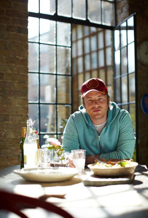 Jamie Oliver zeigt, wie man in nur 30 Minuten ein köstliches Menü zaubern kann. Dieses Mal bereitet er Piri-Piri-Hähnchen mit gebackenen Kartoffe... - Bildquelle: David Loftus 2009