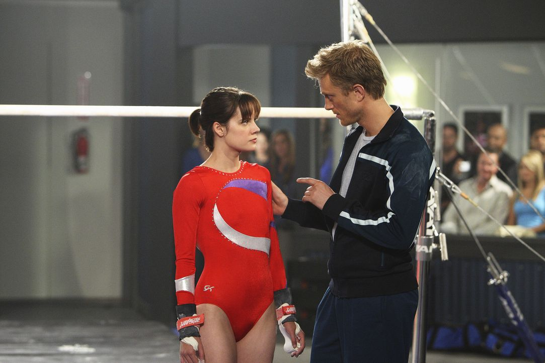 Sasha Beloff (Neil Jackson, r.) stellt Emily (Chelsea Hobbs, l.), die ohne Rücksprache mit ihm den Schwierigkeitsgrad einer Übung erhöht hat, zur... - Bildquelle: 2009 DISNEY ENTERPRISES, INC. All rights reserved. NO ARCHIVING. NO RESALE.
