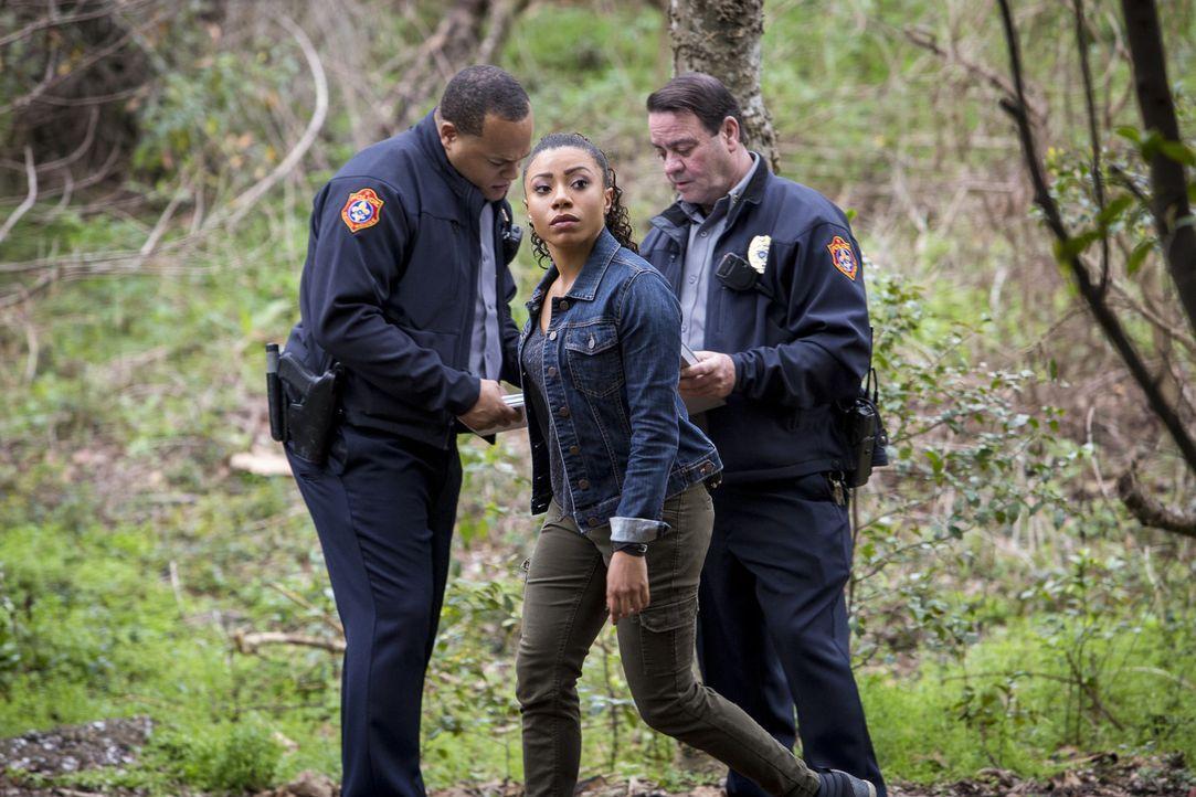 Percy (Shalita Grant, M.) und ihre Kollegen vom NCIS helfen Pride dabei, einem Unbekannten auf die Schliche zu kommen, der dessen Tochter Laurel von... - Bildquelle: Skip Bolen 2016 CBS Broadcasting, Inc. All Rights Reserved