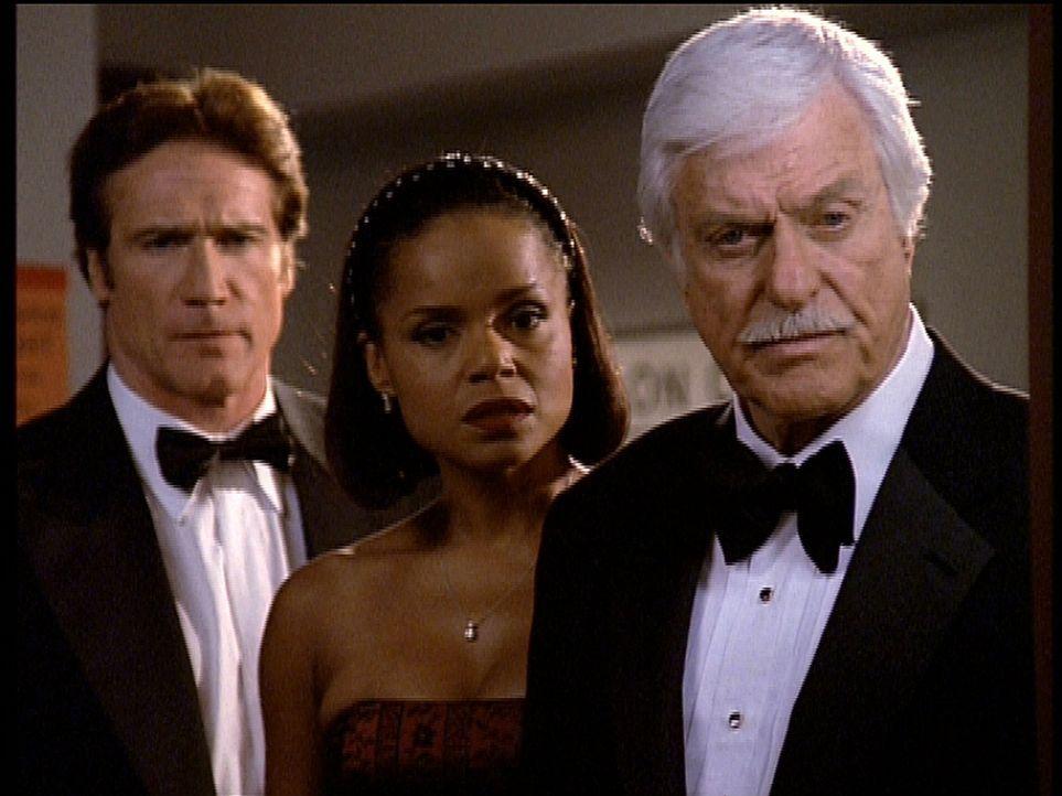 Steve (Barry Van Dyke, l.), Amanda (Victoria Rowell, M.) und Mark (Dick Van Dyke, r.) stehen entsetzt vor der Leiche des alten Komödianten Lou. - Bildquelle: Viacom