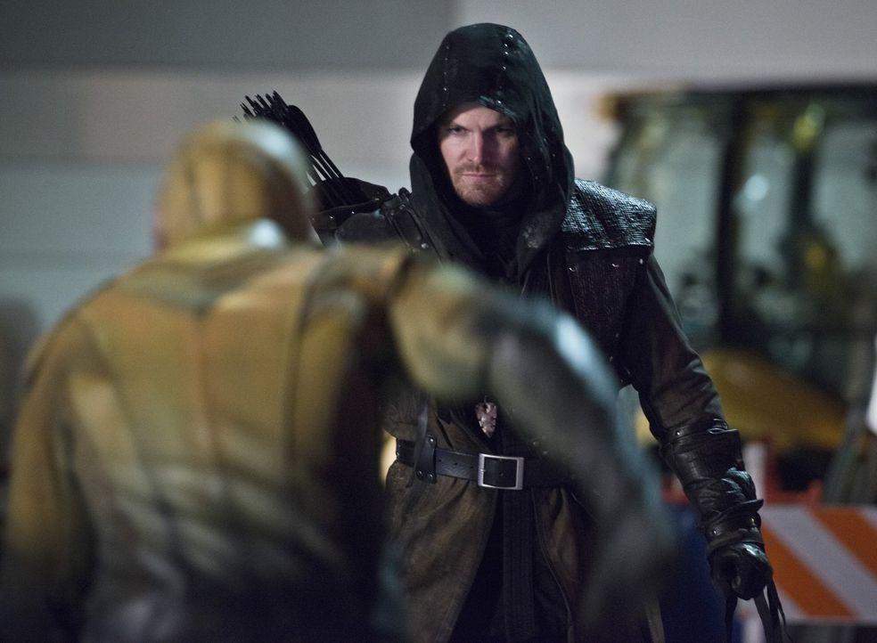 Auch ohne Superkräfte stellt sich Oliver alias Arrow (Stephen Amell) dem Reverse-Flash entgegen ... - Bildquelle: Warner Brothers.
