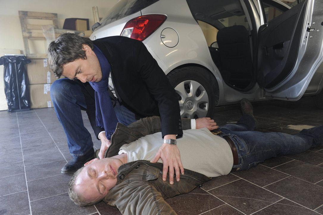Julian (Sebastian Hölz, oben) kann gerade noch rechtzeitig Jens (Michael Starkl, unten) retten und glaubt, dass Alexandra vor hat, auch Bea etwas a... - Bildquelle: SAT.1