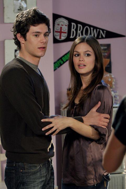 Seth (Adam Brody, l.) hat noch eine wichtige Frage an Summer (Rachel Bilson, r.) bevor die beiden sich das Ergebnis des Schwangerschaftstests ansehe... - Bildquelle: Warner Bros. Television