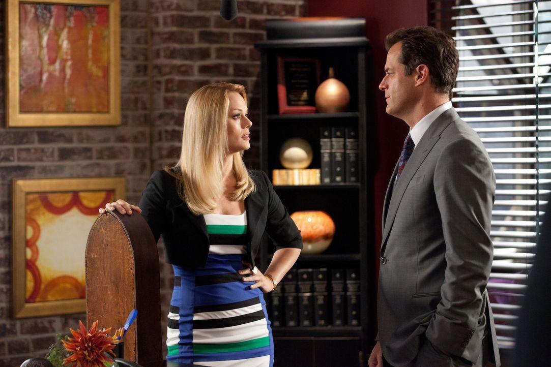 Jay (Josh Stamberg, r.) erkundigt sich nach Kim (Kate Levering, l.), die von ihrer Schwester gebeten wird, ihr in einem Schiedsverfahren gegen ihren... - Bildquelle: 2011 Sony Pictures Television Inc. All Rights Reserved.
