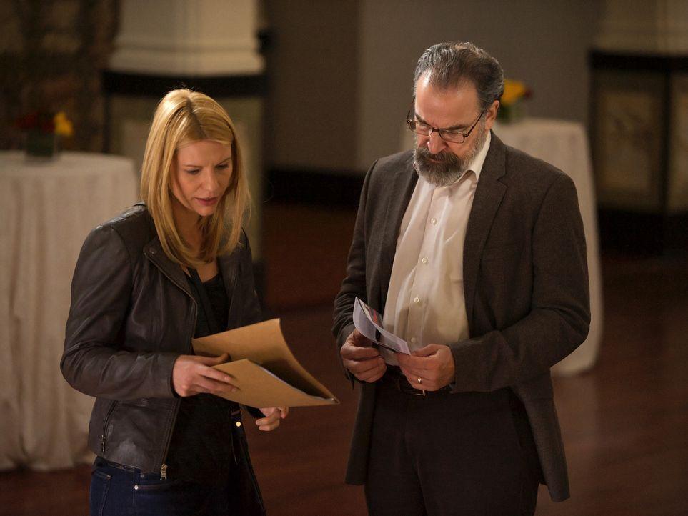 Saul (Mandy Patinkin, r.) versucht, Carrie (Claire Danes, l.) bei ihrer Mission zu unterstützen und bittet deshalb einen ehemaligen pakistanischen O... - Bildquelle: 2014 Twentieth Century Fox Film Corporation