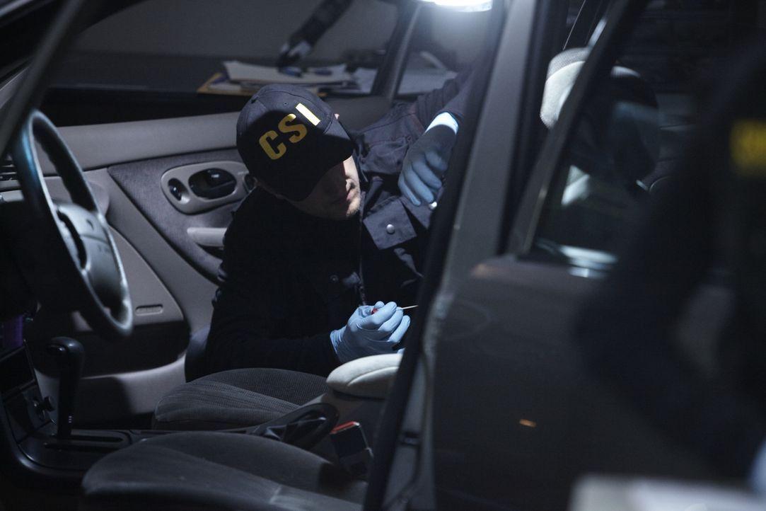 Ist das der entscheidende Beweis? CSI-Kirminaltechniker David Koefoed (Ido Visetin) findet im Auto des Verdächtigen Blutspuren der Mordopfer ... - Bildquelle: Ian Watson Cineflix 2011