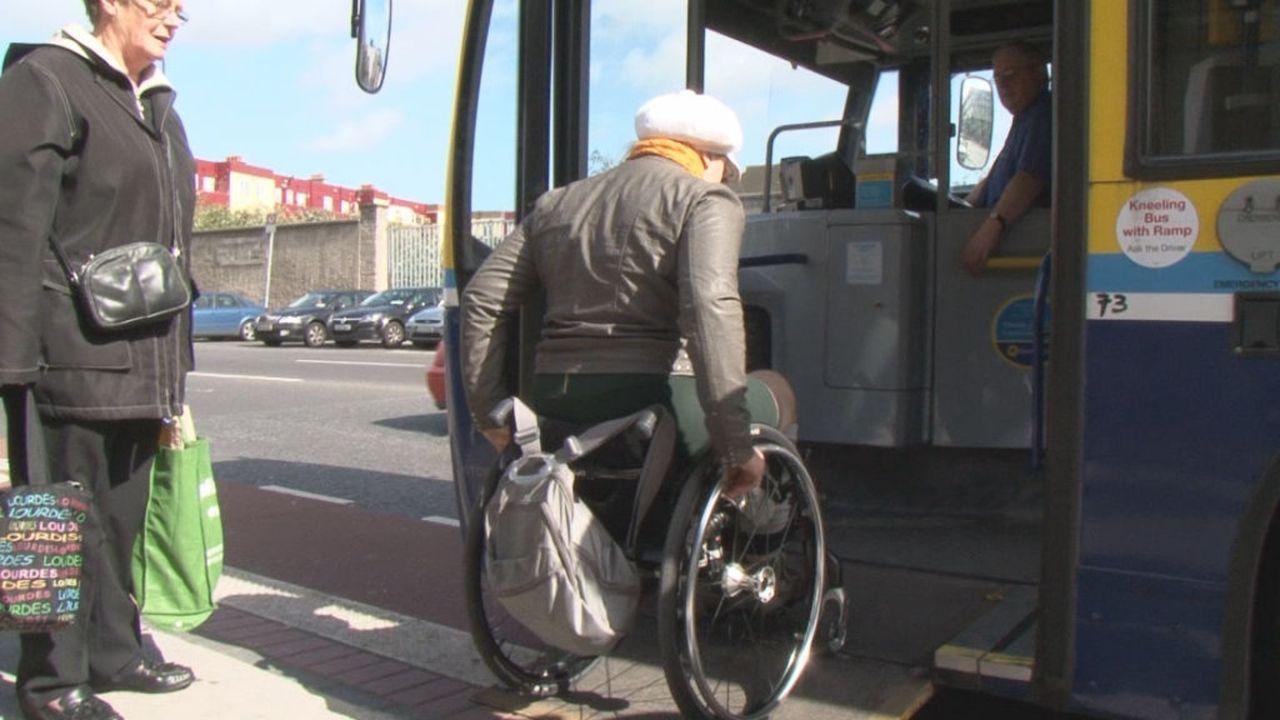 Barbara Sima verreist nach Dublin, doch wie kommt die Rollstuhlfahrerin in der irischen Hauptstadt zurecht? - Bildquelle: kabel eins