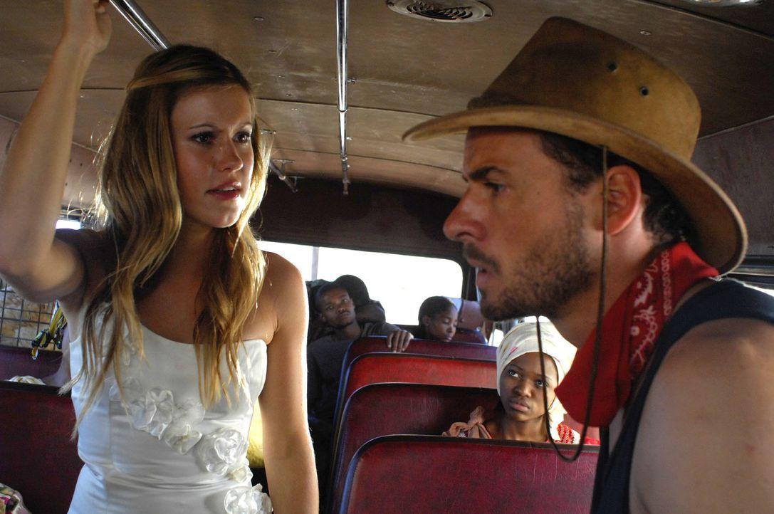 Mitten im afrikanischen Dschungel treffen die ehemaligen Verlobten Lisa (Wolke Hegenbarth, l.) und Vic (Stephan Luca, r.) aufeinander - und beginnen... - Bildquelle: David Gur SAT.1