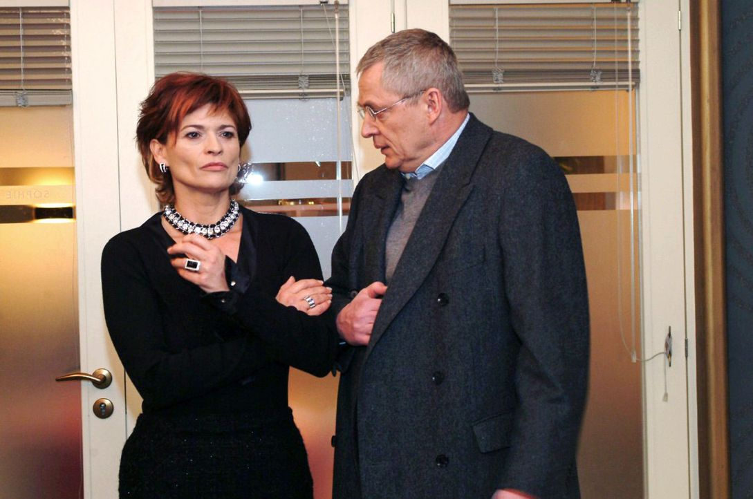Friedrich (Wilhelm Manske, r.) versucht auch von Sophie (Gabrielle Scharnitzky, l.) Geld für das Lösegeld für David zu bekommen. - Bildquelle: Monika Schürle Sat.1
